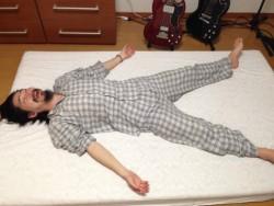 ムアツ布団で睡眠する様子